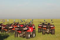 晨光中的草原摩托车队