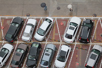 俯视停车场的小汽车
