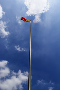 蓝色天空旗帜飘扬
