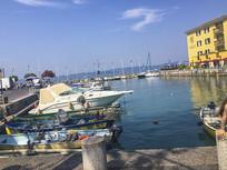 晴朗的游船码头