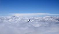 云海上的雪山山尖