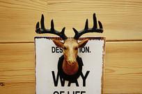 木屋墙壁上的鹿角造型装饰品