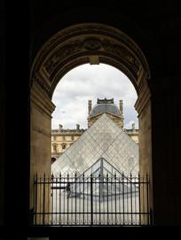 透过窗户巴黎卢浮宫
