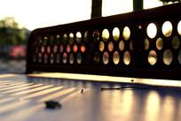 阳光下的乒乓球桌