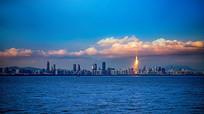 金光照耀下的深圳湾全景