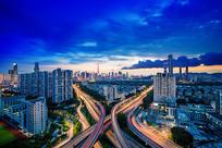 立交桥为前景的城市风光