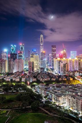 竖幅带月亮的城市夜景