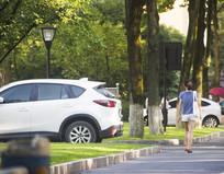 在浙江大学的背包女生背影