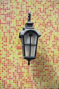 马赛克墙壁上的路灯