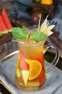 玻璃杯中的水果茶