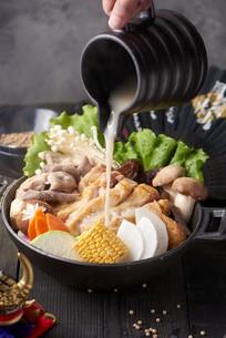 美味的排骨汤海鲜煲