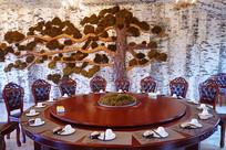 桦树皮青松装饰的餐厅