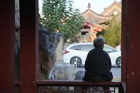 独坐看街的老人