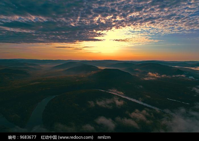 大兴安岭河流山峦朝阳云海图片