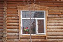 俄罗斯风格木刻楞雕花的窗户