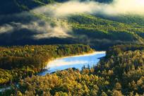 秋季林海河流云雾