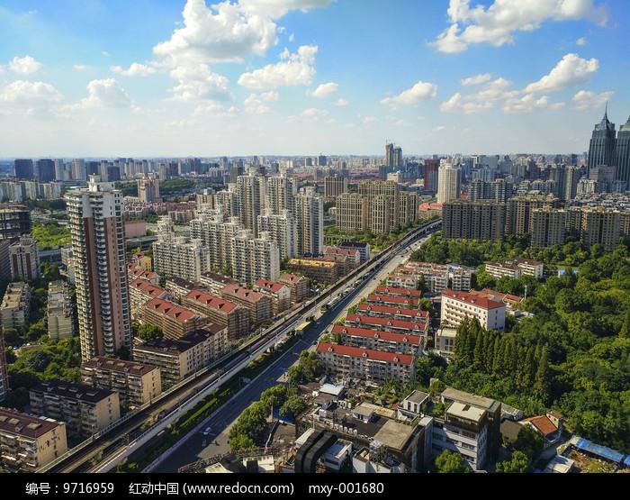 蓝天绿地城市图片