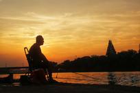 夕阳下的垂钓者