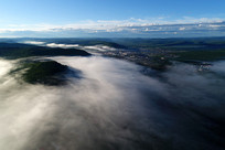 林海晨雾迷漫的山村(航拍)