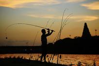 夕阳渔者剪影