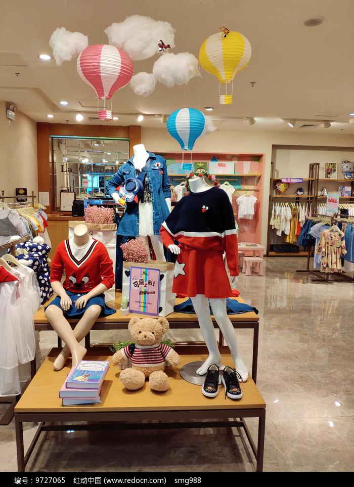 时尚女装店面布置展柜设计图片