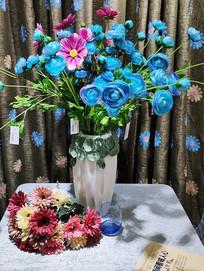 桌台上的蓝色插花花瓶