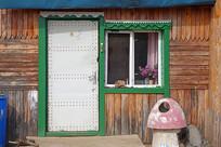 俄式木板木屋雕花的门窗