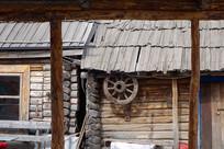 俄式木刻楞四轮车木轮做装饰