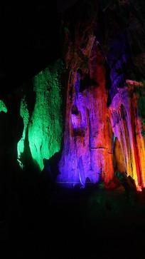 广西鹿峰山五彩斑斓的溶洞奇观