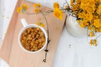 葡萄干和鲜花