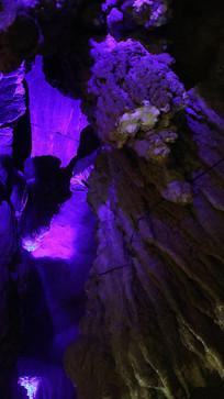 五彩灯光的溶洞钟乳石奇观