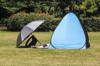 草地帐篷拍摄
