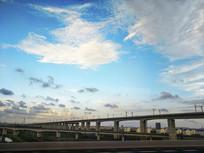 蓝天高架铁路