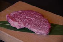 一块生牛肉