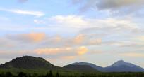 火山上的蓝天白云