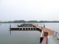 帆船停泊港口摄影图