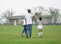 父亲陪女儿放风筝背影摄影图