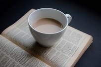 书本上的咖啡