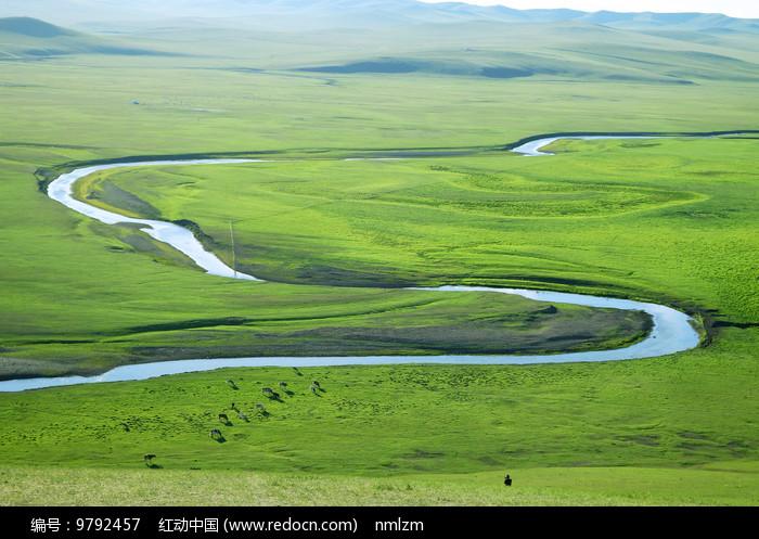 呼伦贝尔草原弯曲的河流图片