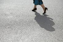 行走的高跟鞋