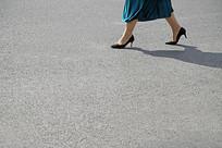 走路女人的脚部特写