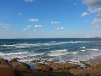 海岸的礁石翻滚的海浪
