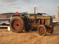 海边沙滩上的老拖拉机