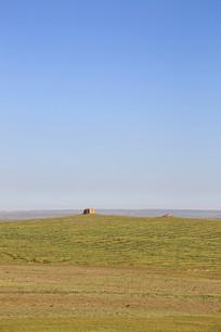 蓝天下的戈壁烽火台