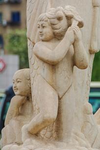 鲤鱼身边的男童与女童雕像