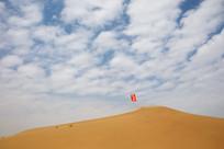 沙坡头风吹杨沙丘红旗