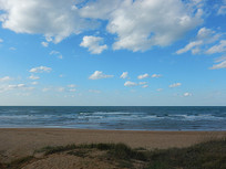 沙滩白云蓝天