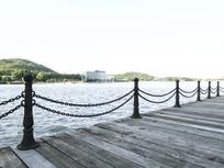 海边浮桥木桥围栏婚纱背影