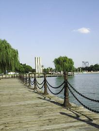 海边浮桥木桥围栏摄影