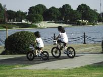 骑自行车玩耍的两个小女孩